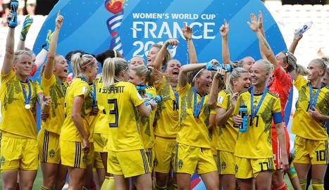 Les jugadores de Suècia celebren la victòria davant d'Anglaterra.