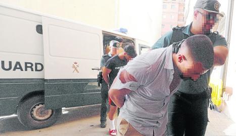 Els detinguts per la violació de Mallorca portats per la Guàrdia Civil davant del jutge.