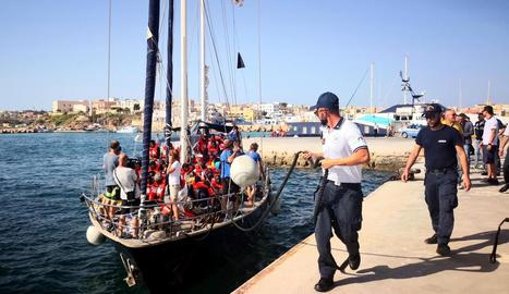 Imatge de l'arribada del vaixell 'Alex' al port de Lampedusa.