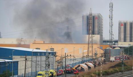 Un incendi crema una nau de productes químics d'un polígon de Tarragona