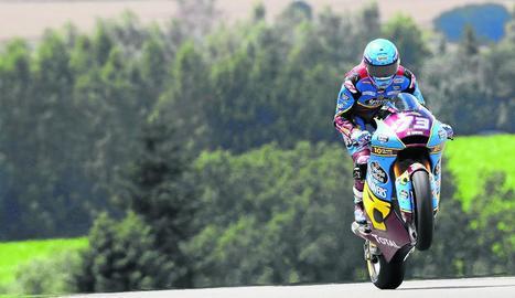 Àlex aixeca la roda de davant de la moto al guanyar la cursa.