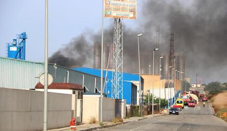 Crema un magatzem de productes químics en un polígon de Tarragona