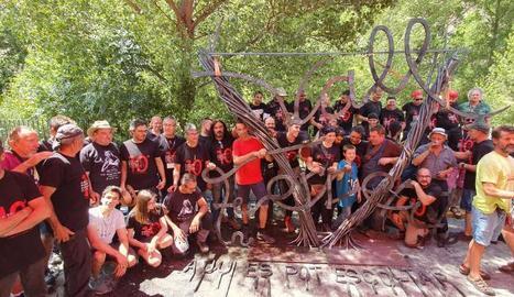 Imatge d'alguns dels forjadors participants amb l'escultura que van elaborar conjuntament sobre la Vall Ferrera.