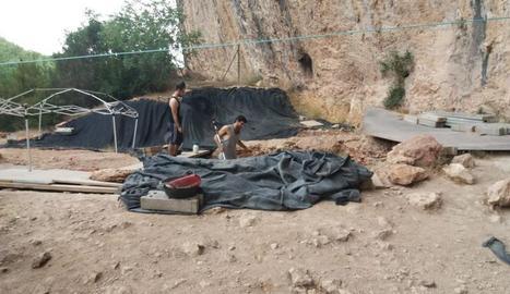 Els arqueòlegs treballant ahir en aquesta cavitat de la Noguera.