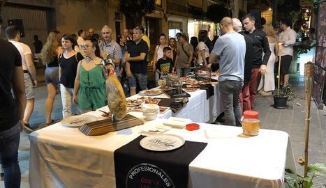 Molts lleidatans van anar a comprar o a passejar ahir per l'Eix, focus del diumenge d'obertura.
