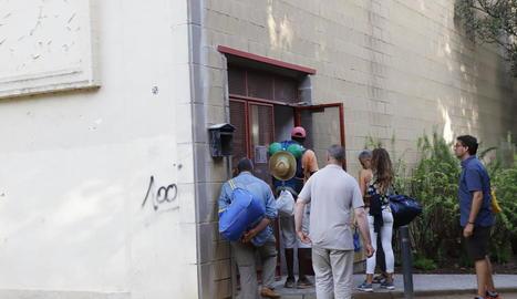 Un grup de temporers entra a l'Antorxa per utilitzar el servei de dutxes i consigna al cap de pocs minuts que el pavelló obrís.