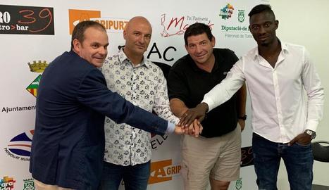 Mariani i Cheikh, amb el president Joan Bosch i Xavier Batalla.