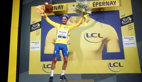 El francès Julian Alaphilippe celebra al podi el triomf d'etapa i el seu liderat al Tour.