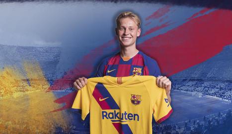 L'holandès Frenkie de Jong va posar amb la segona samarreta per a l'espot promocional.