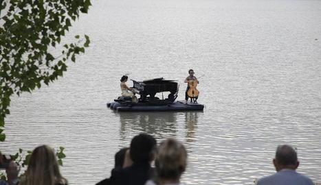 Desenes de persones van gaudir ahir de l'espectacle aquaticomusical 'Le piano du Lac', a l'embassament de Terradets, a Cellers.