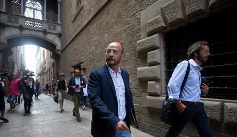 Un dels guàrdies civils de paisà a la sortida del Palau de la Generalitat.