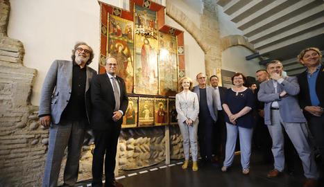 Tatxo Benet i el president Torra, ahir al costat del retaule gòtic de Capella i la resta d'autoritats del Consorci del Museu de Lleida.