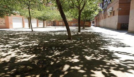 Una plaça de Pardinyes sense bancs.