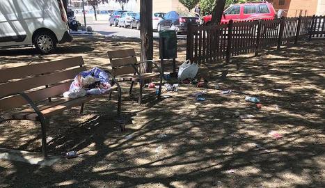 Veïns denuncien que fa una setmana que no es neteja una plaça davant del CAP Onze de Setembre.