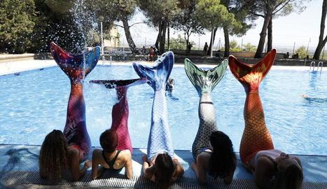 Cinc joves van participar en el curset de sirenes durant l'aniversari d''Artquàtic'.