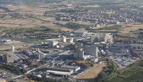 Imatge aèria d'arxiu del polígon industrial El Segre, als afores de Lleida.