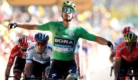 L'eslovac Peter Sagan estén els braços a l'arribar com a vencedor a la línia de meta.