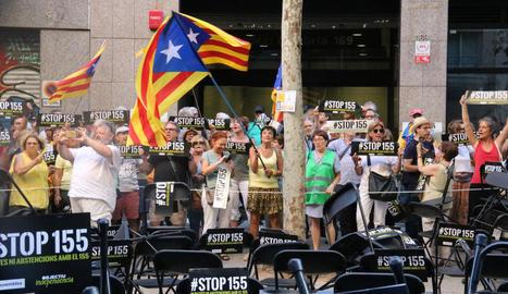Els manifestants que es van reunir ahir davant de la seu d'ERC clamant per un pacte sobiranista a la Diputació de Barcelona.