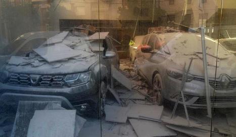 S'esfondra el sostre d'un concessionari de cotxes a Tremp