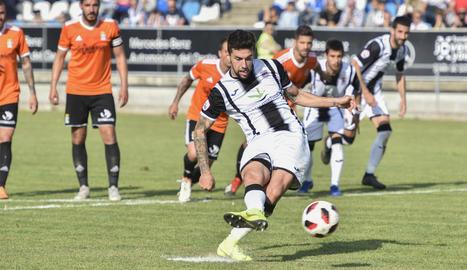 Eder Díez llançant un penal la temporada passada a les files del CD Badajoz.
