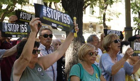 Un centenar de manifestants de l'ANC protesten davant de la Diputació de Barcelona pel pacte de JxCat amb el PSC