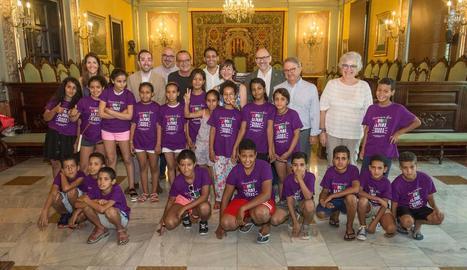 La vintena de menors van ser rebuts ahir al Saló de Sessions de la Paeria per l'alcalde Pueyo.