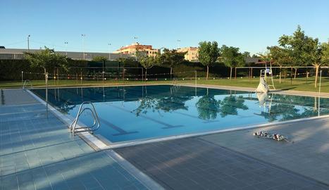 Imatge presa ahir a la piscina en la qual gairebé s'ofega un nen de 8 anys a Alcarràs.