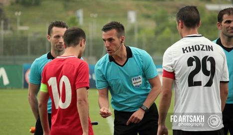 Estrada, al maig quan va dirigir partits de la Lliga d'Armènia.
