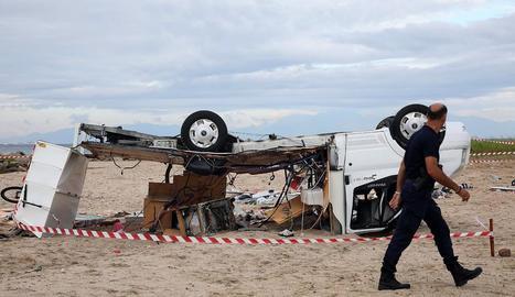 El vent va bolcar vehicles com el de la imatge, captada ahir després del front tempestuós.