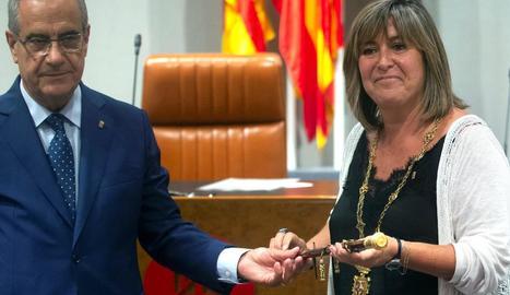 Celestino Corbacho, avui a Cs, va entregar a Núria Marín la vara de comandament de la Diputació.