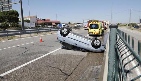 El turisme implicat en l'accident va acabar bolcant.