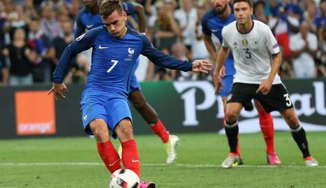 Griezmann llança un penal en un partit amb la selecció francesa.