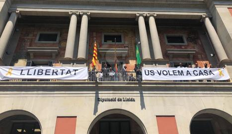 La Diputació de Lleida penja una pancarta en suport als
