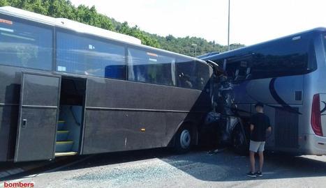 Catorze ferits en un accident entre dos autocars a la C-14 a Ponts