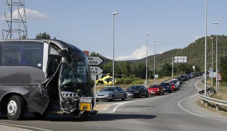 La imatge mostra un dels autocars sinistrats i les cues que es van formar a causa de l'accident.