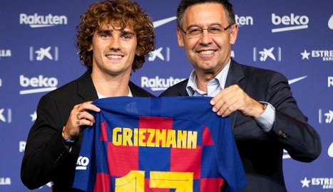 Griezmann i Bartomeu, amb la samarreta amb el dorsal '17' que lluirà el francès.