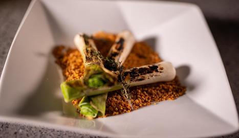 Els calçots, una varietat de cebes tendres, són un dels plats més típics de la nostra gastronomia.