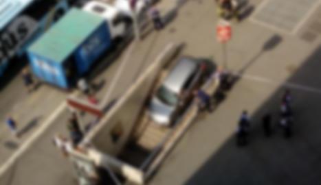 Un cotxe queda atrapat per accident a la boca del Metro a Barcelona