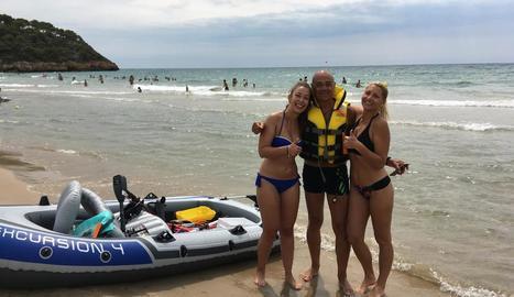 Òscar Ros, amb les dos dones que va rescatar diumenge a la Pineda.