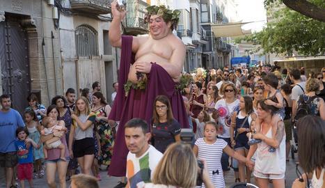 Bacus va inaugurar ahir la setmana de la festa romana de Iesso, a Guissona, amb una cercavila.