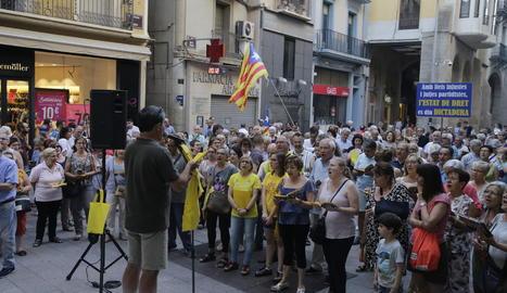 Imatge dels Cantaires per la Llibertat, ahir a la plaça de la Paeria de Lleida.