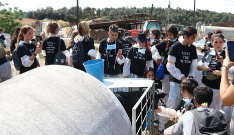 Imatge general dels activistes durant la protesta en una granja de Sant Antoni de Vilamajor.