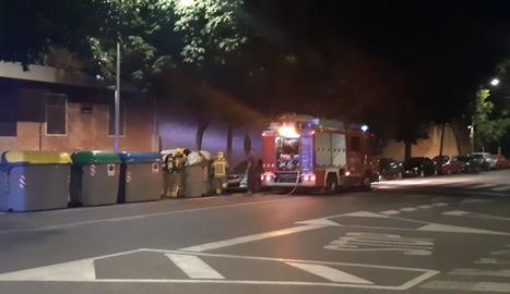 Extingeixen un foc en un contenidor a Cappont