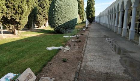 Destrossen creus al cementiri del Palau d'Anglesola
