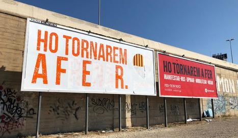 Els dos cartells de Ciutadans i Òmnium, a Lleida