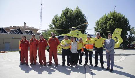 L'helicòpter del SEM es disposa a aterrar al parc de Bombers de Lleida, ahir.