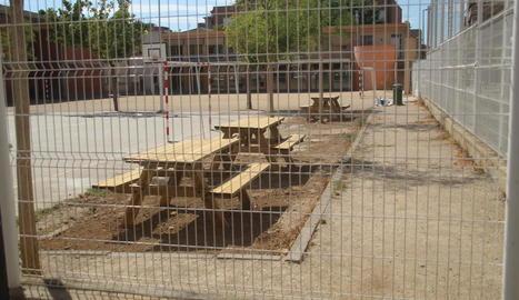 La Paeria instal·la per fi les taules de pícnic a l'escola Joan Maragall
