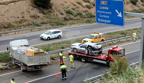 Accident a l'A-2 entre un camió, una furgoneta i un vehicle