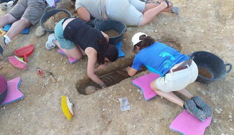 Un equip de vint persones treballa en les excavacions del Pla d'Almatà de Balaguer, on s'han descobert 32 tombes del s. XI.