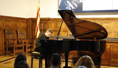 El pianista Eudald Buch, durant el concert inaugural del certamen a l'IEI.
